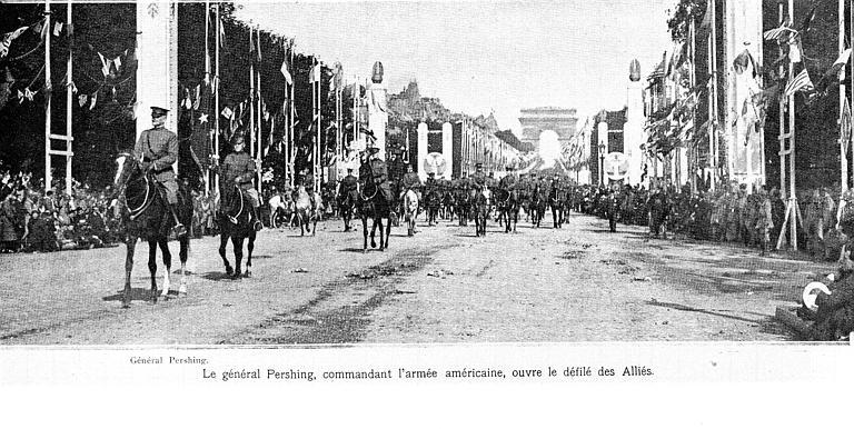 Défilé triomphal en 1919 : le général Pershing et les troupes américaines