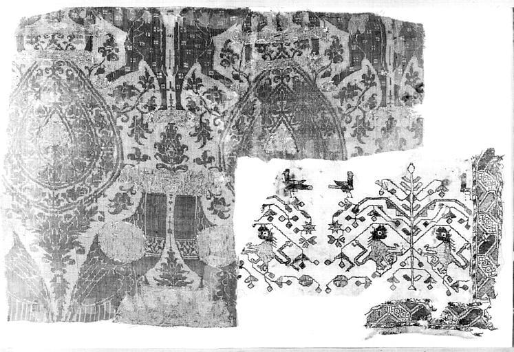 Deux fragments de tissu : médaillons à motifs floraux, griffons affrontés et rinceaux