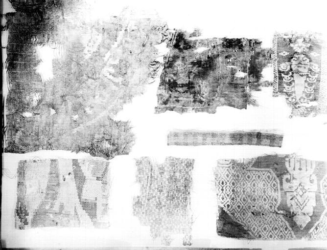 Sept petits fragments de tissu