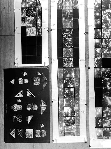 Ensemble du montage provisoire de quatre vitraux, état avant restauration