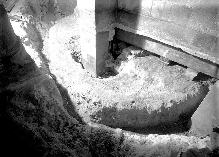 Déambulatoire de la crypte : dégagement des substructions de l'abside de la crypte carolingienne vers le nord