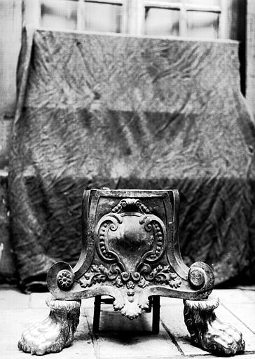Lutrin, cuivre ciselé : pied, en cours de restauration