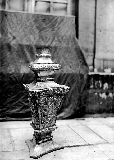 Lutrin, cuivre ciselé : fût, en cours de restauration