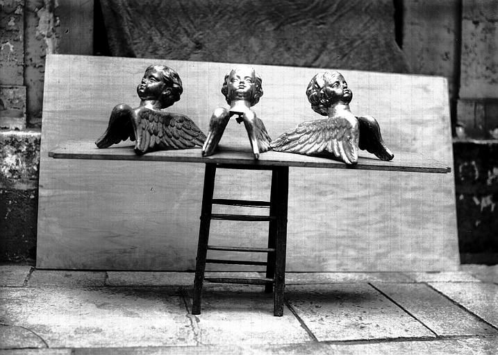 Lutrin, cuivre ciselé : tête d'angelots, en cours de restauration