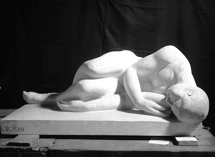 Statue gisante d'un déporté, marbre blanc