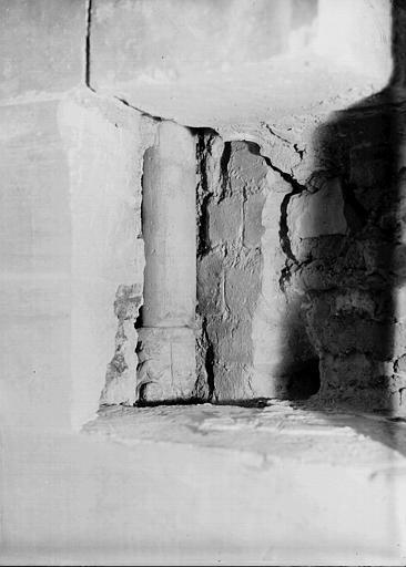 Crypte, chapelle de Hilduin : dégagement d'une colonnette et d'un parement à l'abside