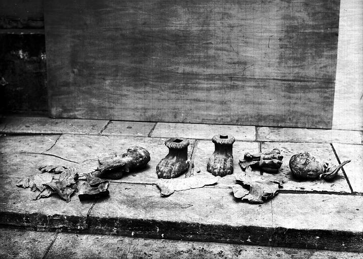 Chandelier pascal, cuivre ciselé : en morceaux, état avant restauration