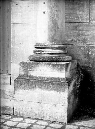 Portail sud : base de colonne moderne
