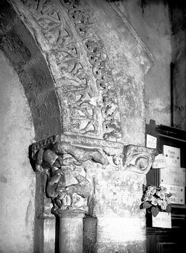 Tombeau de Jean d'Asside évêque de Périgueux de 1160 à 1169, pierre : partie senestre