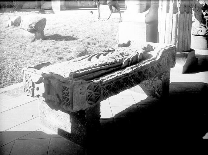 Dalle funéraire du prêtre Airau, pierre sculptée