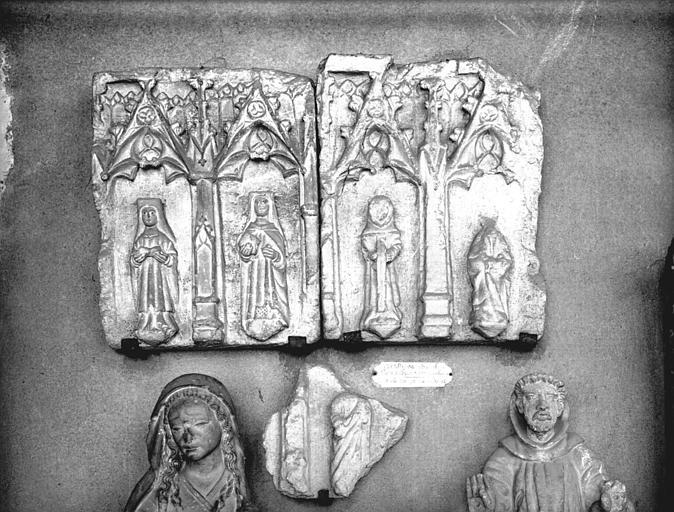 Fragment du tombeau de Pierre d'Abzac, évêque de Narbonne mort en 1052, pierre sculptée