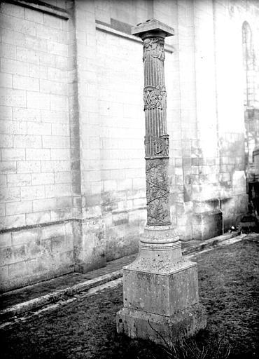 Colonne ayant supportée l'urne du coeur de J. L. de Nogaret duc d'Epernon mort en 1642, marbre