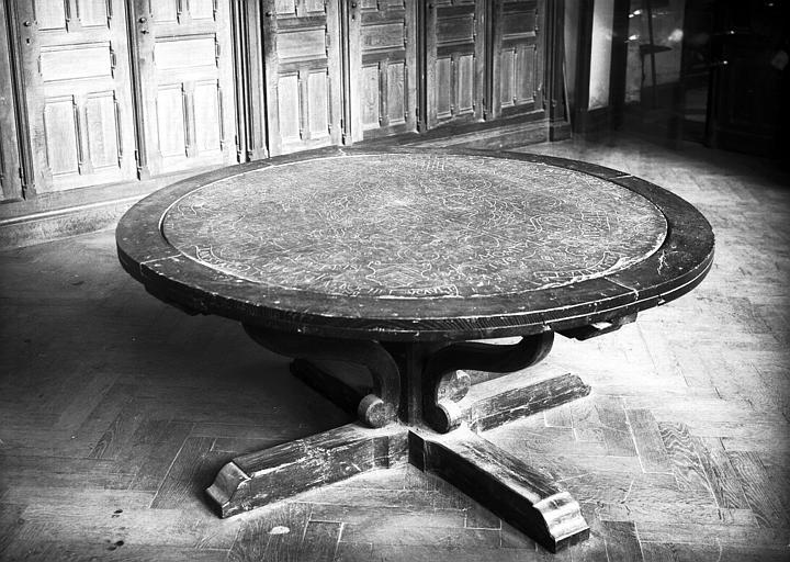 Table gravée aux armes de Jacques de Saint-Gelais doyen du chapitre 1496-1539 et de sa famille, en bois et ardoise