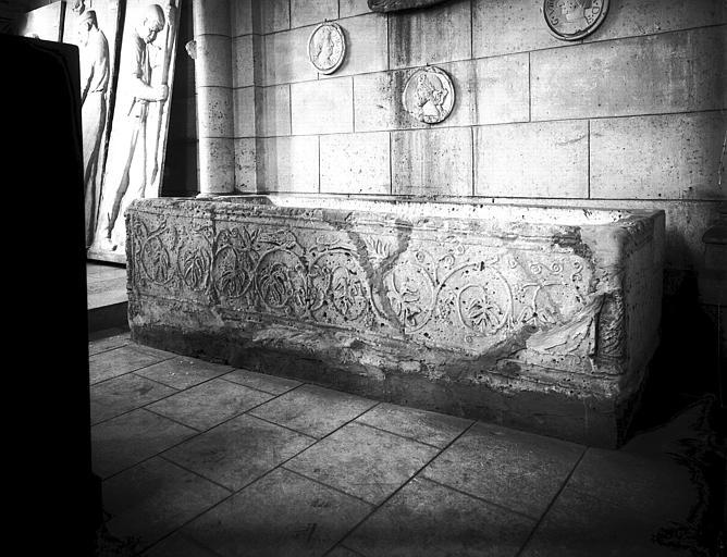 Sarcophage en pierre sculpté