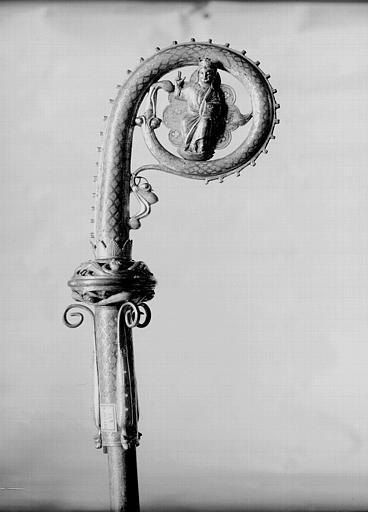 Crosse en cuivre doré et émaillé, face : Christ sur fond polylobé dans la volute