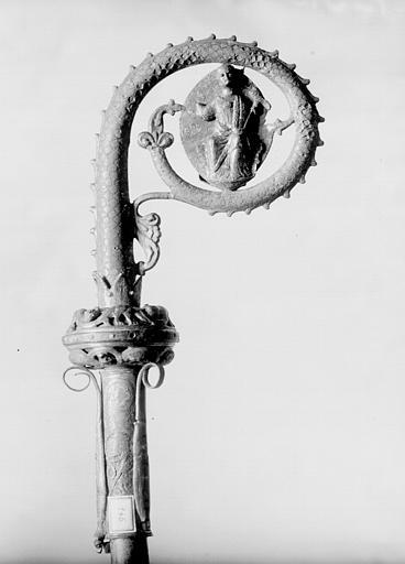 Crosse en cuivre doré et émaillé, face : Christ en Majesté sur fond elliptique dans la volute