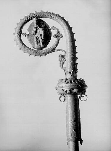 Crosse en cuivre doré et émaillé, revers : Vierge à l'Enfant sur fond elliptique dans la volute