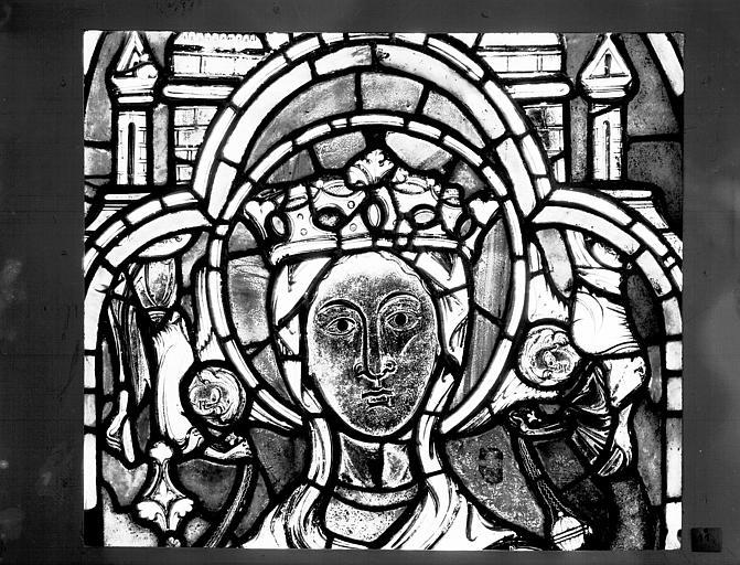 Vitrail : Tête de Vierge glorieuse