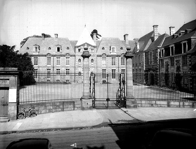 Ensemble du bâtiment sur la cour d'honneur