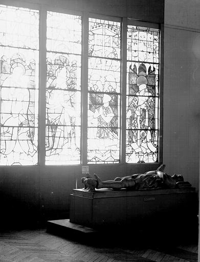 Salle d'exposition : ensemble des lancettes d'un vitrail provenant d'Evreux et tombeau de Pierre de Mortain