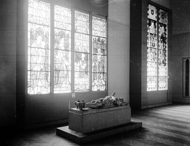 Salle d'exposition : ensemble des lancettes d'un vitrail d'Evreux et tombeau de Pierre de Mortain