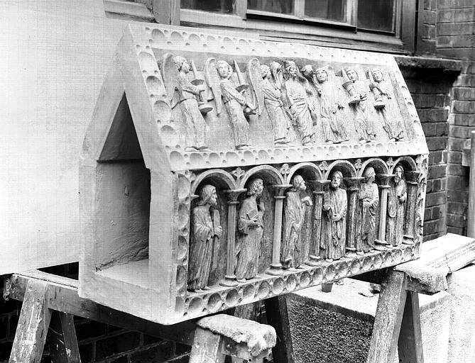 Châsse en bois sculpté