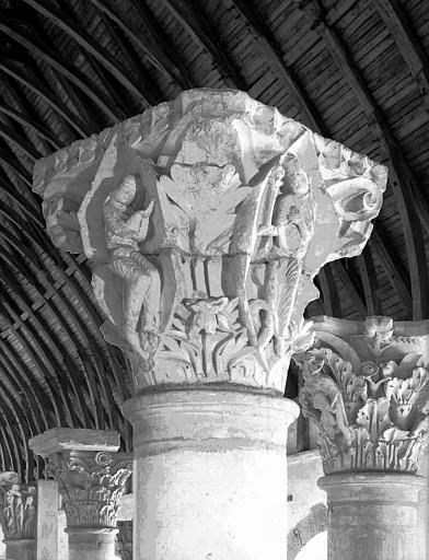 Chapiteau du choeur de l'abbatiale déposé au farinier : deuxième chapiteau des Saisons et des Vertus cardinales