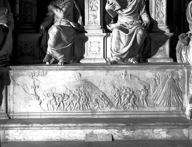 Tombeau de Louis XII : soubassement de la face antérieure, bas-relief