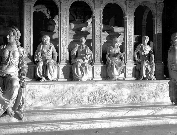 Tombeau de Louis XII : soubassement de la face latérale senestre, bas relief et statues, apôtres