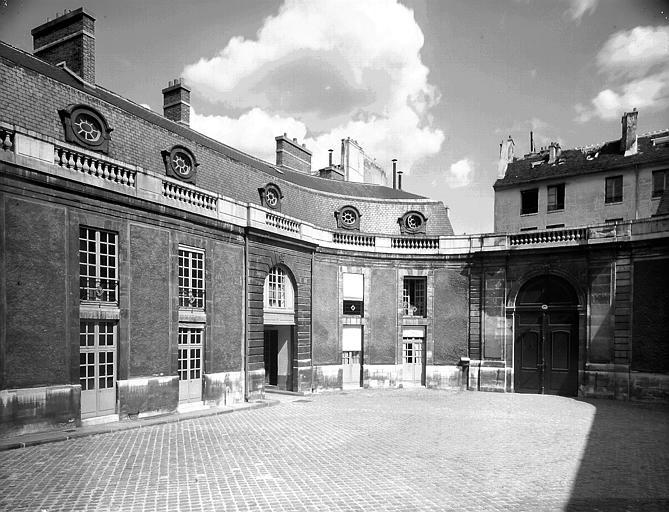 Cour d'honneur vers le portail