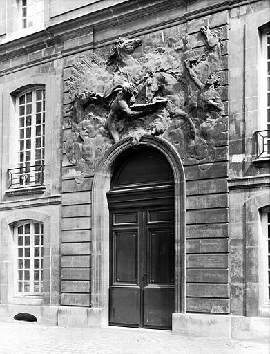 Cour des Chevaux du Soleil : bas-relief