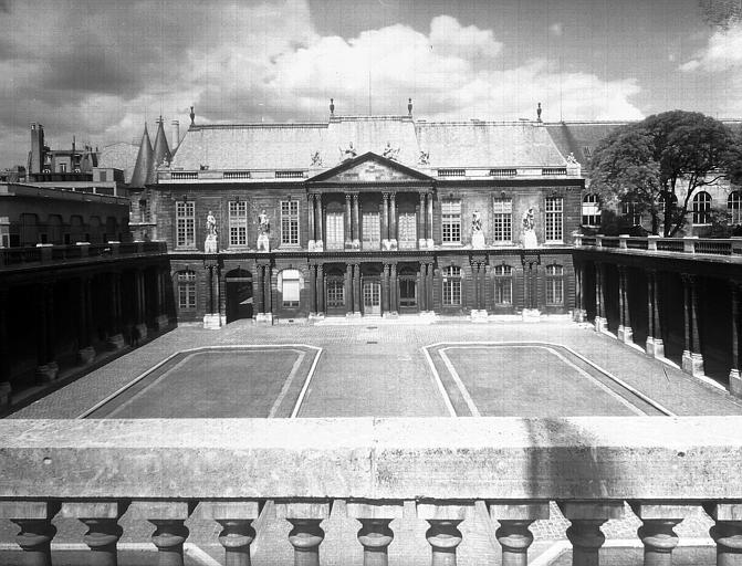 Cour d'honneur, vers la façade
