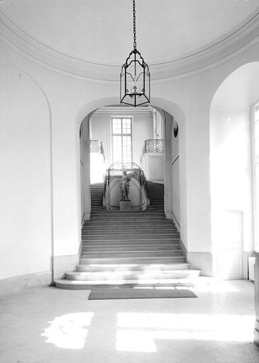 Hall d'entrée : grand escalier