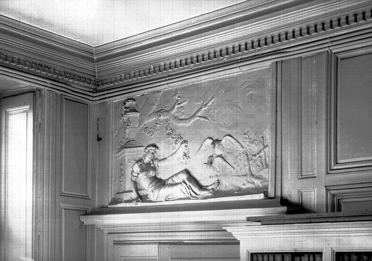 Salle du premier étage et dessus de porte en stuc : le Printemps
