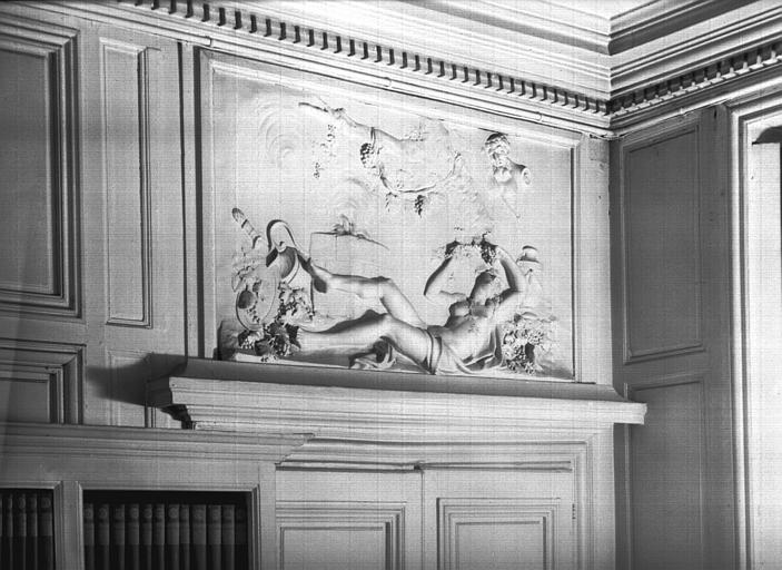 Salle du premier étage et dessus de porte en stuc : l'Automne