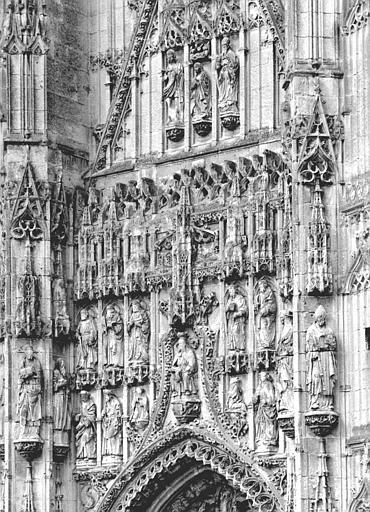 Façade ouest, sculptures au-dessus du portail central : Trinité, Apôtres