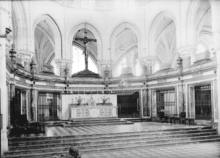Choeur : maître-autel et décoration inférieure du rond-point