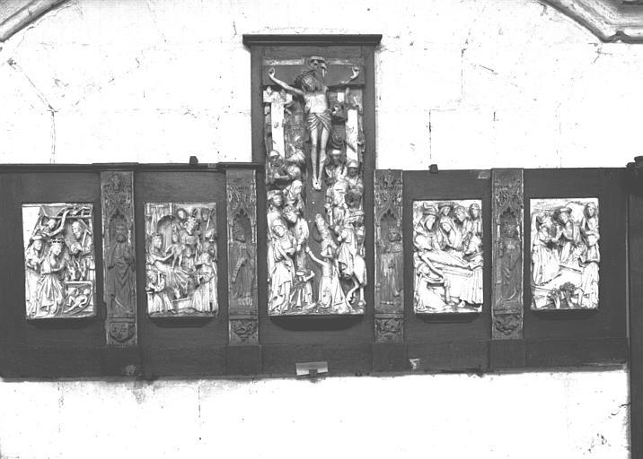 Bas-relief en albâtre anglais situé dans la Chapelle des Fonts : Adoration des Bergers, Mages, Crucifixion, Mise au Tombeau, Saintes femmes au Sépulcre