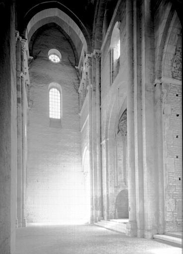 Eglise abbatiale : croisillon sud du grand transept vers le nord-est