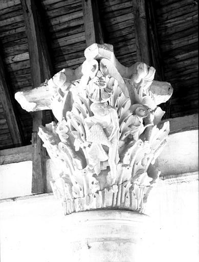 Chapiteau provenant du choeur : l'Apiculteur