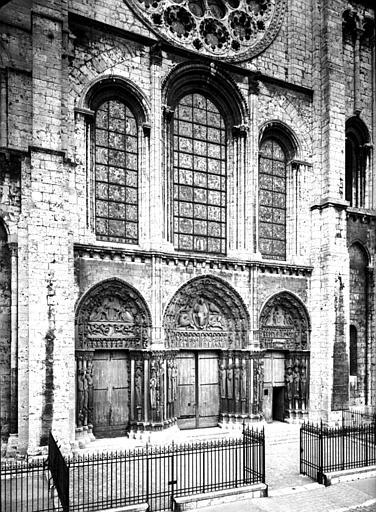 Façade ouest : portails et fenêtres du premier étage