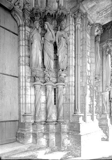 Portail du croisillon nord, porte côté est, ébrasement droit : Visitation, Daniel
