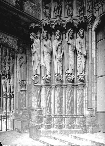 Portail du croisillon sud, porte centrale, ébrasement gauche : saint Matthieu, saint Philippe, saint Thomas, saint André, saint Pierre