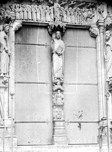 Portail du croisillon sud, porte centrale, trumeau : le Christ enseignant