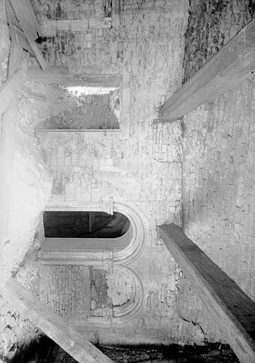 Ancien cloître, galerie est : deux arcades ouvrant sur la salle capitulaire