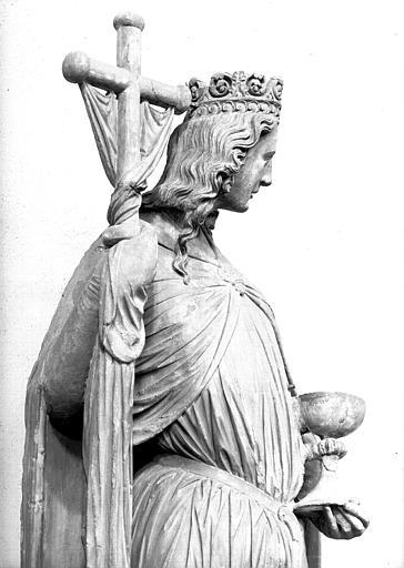 Statue en pierre, provenant du portail sud de la cathédrale : l'Eglise