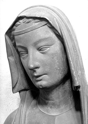 Statue en pierre, provenant du portail sud de la façade de la cathédrale : Vierge sage
