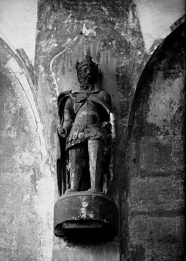 Trois statues de Charlemagne en terre cuite, conservées dans la sacristie