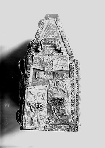 Châsse de Bégon III : côté, arrangement avec morceaux qui aveuglaient les ouvertures, or