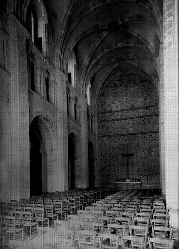 Eglise : nef en partie restaurée